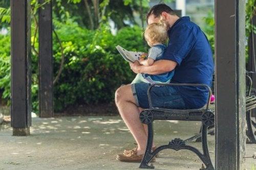 Padre che insegna al figlio a leggere