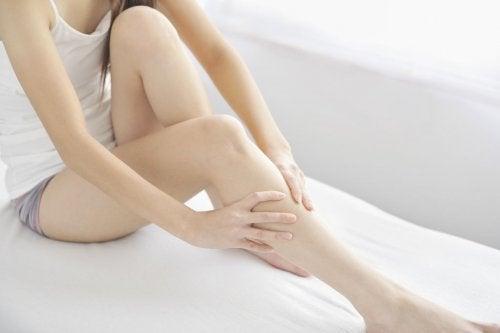 Ragazza si massaggia una gamba