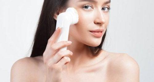 Ragazza usa spazzola per il viso per liberare i pori ostruiti