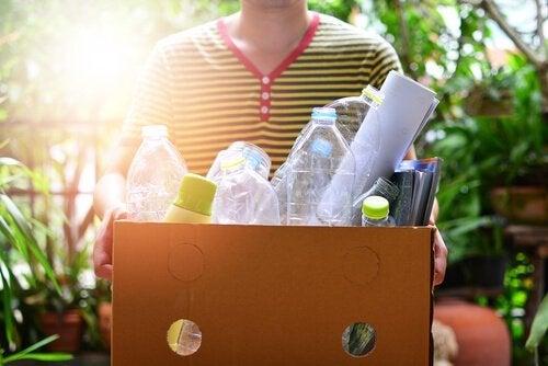 Ragazzo riutilizza bottiglie di plastica
