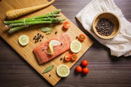 Tagliere con asparagi carote e salmone