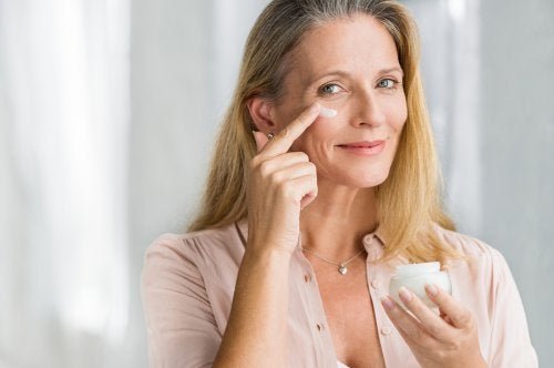 Signora applica crema sul viso
