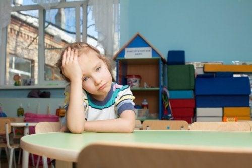 Bambina stressata a scuola