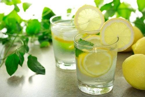 Bicchieri con acqua e fette di limone