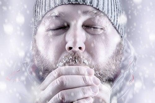 Uomo sotto la neve in ipotermia