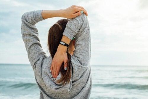 Ragazza esercizi per allungare i muscoli