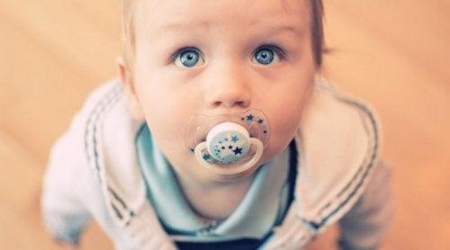 Bambino dare il ciuccio al neonato