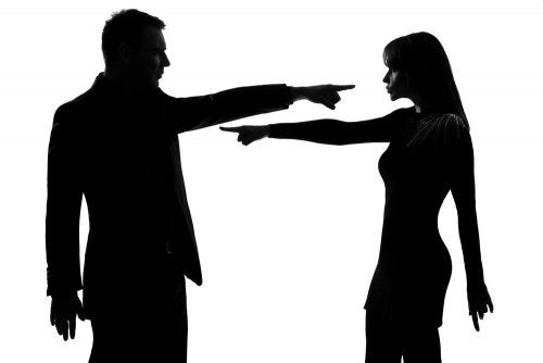 Relazione emotivamente abusiva, coppia che si incolpa reciprocamente