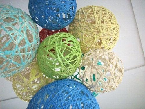 Idee creative per decorare con sfere di tessuto