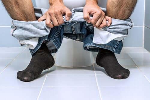 Uomo in bagno emorroidi