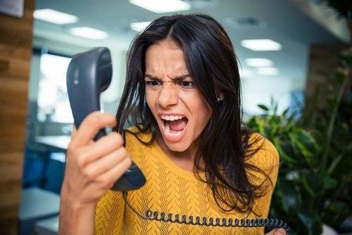 Donna che urla al telefono