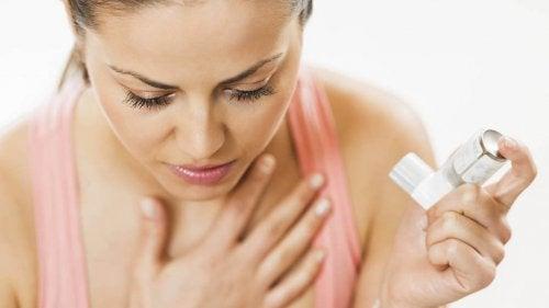 Donna con bomboletta per il trattamento dell'asma