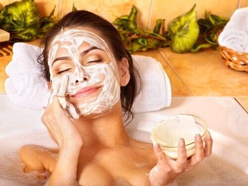 Donna rilassata con maschera di bellezza