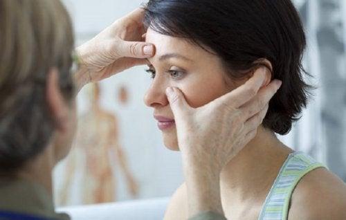 Donna dal medico per diagnosi polipi nasali