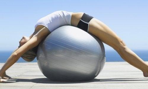 Esercizi di pilates con palla