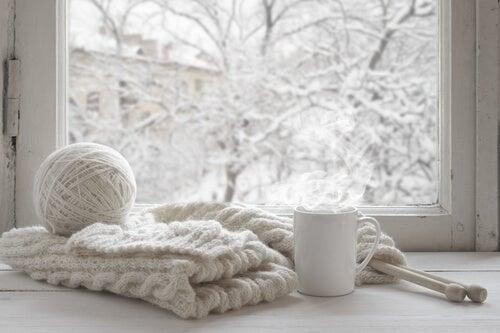 Gomitolo e sciarpa di lana