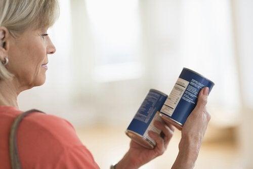 Donna che legge le etichette
