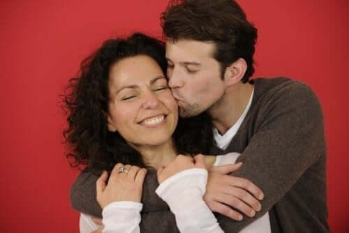 Bacio tra la coppia per dimostrare amore al partner.