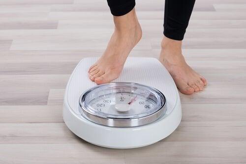 Controllare il peso sulla bilancia