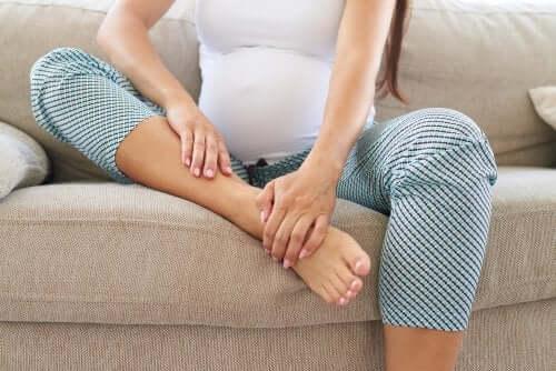 Massaggio prenatale al piede di una donna incinta
