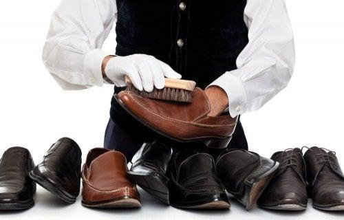 Lucidare le scarpe di pelle