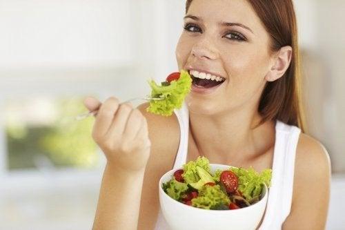 Alimentazione sana donna che mangia una insalata