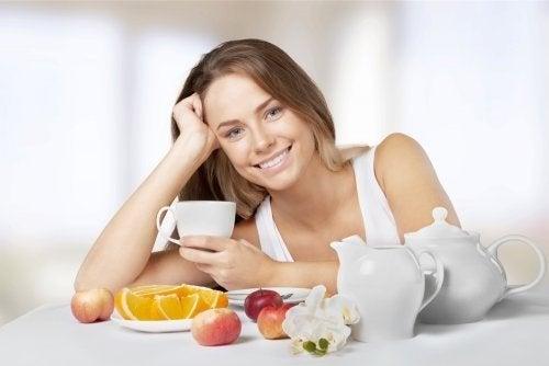 Ragazza felice che fa colazione