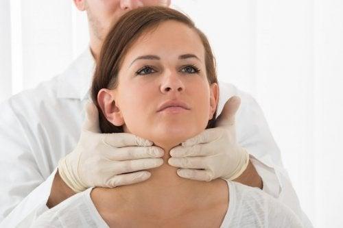 Medico esegue controllo sul collo di una paziente