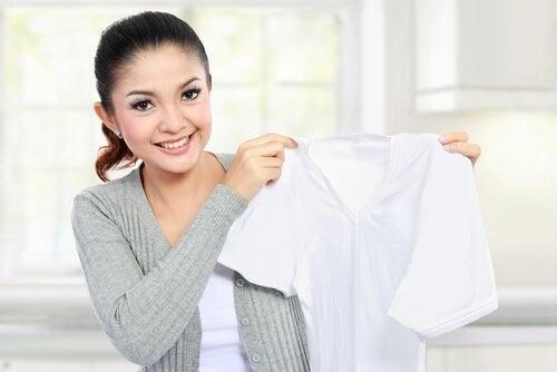 Usare il detergente per vetri per rimuovere le macchie dai tessuti