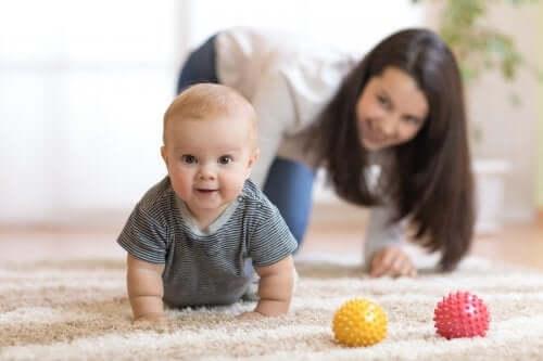 Come stimolare il bambino a gattonare