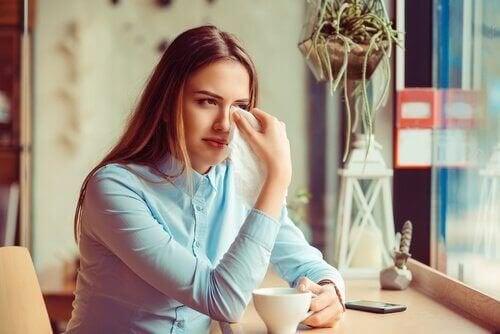 Ragazza che piange perché non riesce a superare un divorzio traumatico