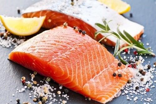 Salmone, uno degli alimenti che aiutano a combattere il grasso addominale