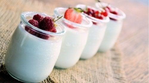 Vasetti di yogurt bianco con frutta