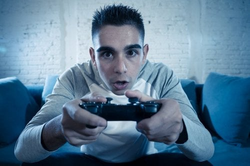 Adolescente che gioca alla playstation, relazione tra videogiochi e adolescenti