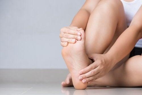 Dare sollievo alle caviglie gonfie: 5 rimedi