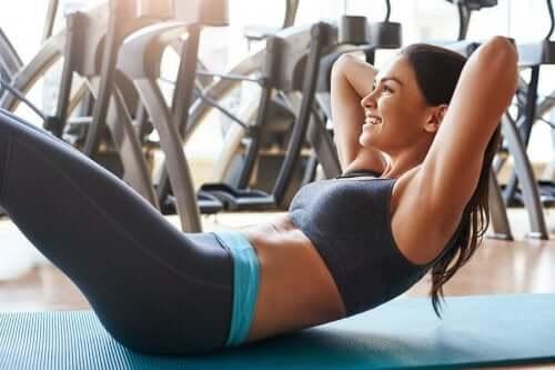 Eseguire gli esercizi addominali senza gravare sulla schiena
