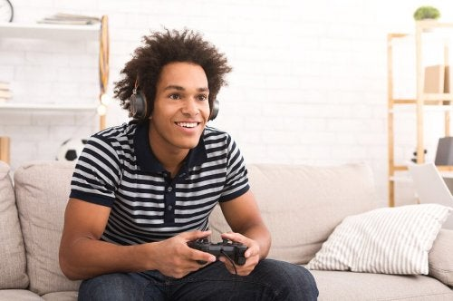 Adolescente con playstation