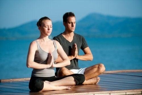 Yoga di coppia per rafforzare l'intesa