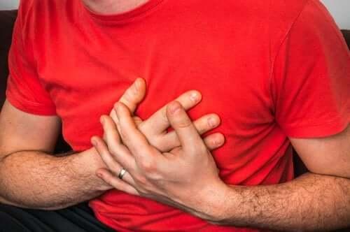 Tosse e dolore al petto: quali sono le cause?