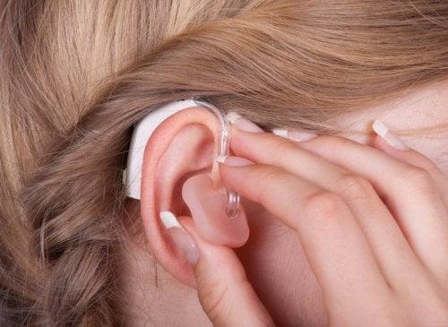 Donna con apparecchio acustico