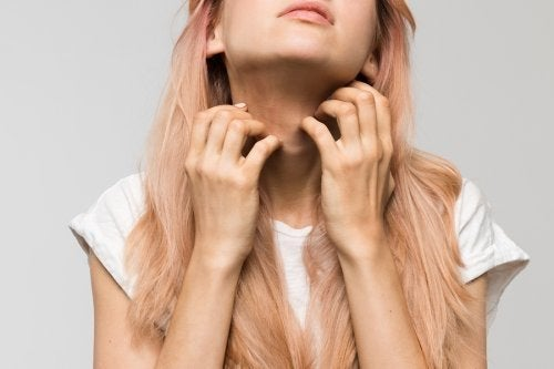 Donna con prurito al collo