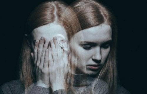Donna depressa che si copre il volto con le mani