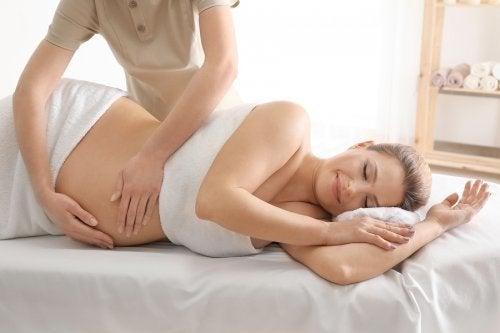 Donna incinta si sottopone a massaggio prenatale
