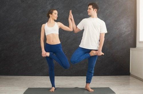Esercizio yoga eseguito in coppia