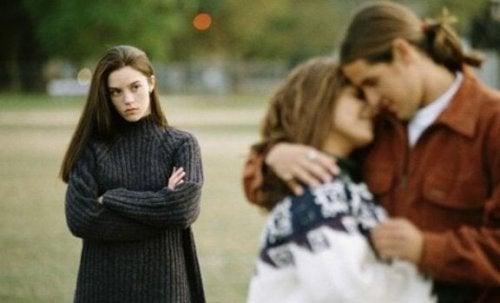 Le infedeltà tendono a distruggere il rapporto di coppia.