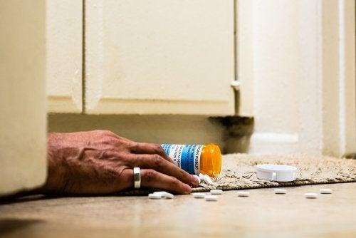 Mano e boccetta di farmaci rovesciata