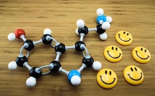 Molecola della serotonina e spille smile