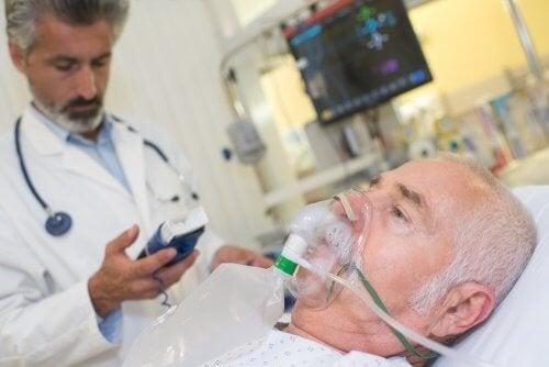 Paziente con mascherina respiratoria e medico
