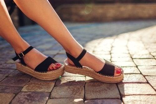 Eliminare il cattivo odore dei sandali con 3 soluzioni
