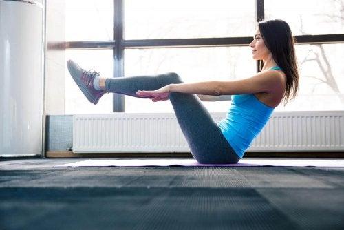 Posizione della barca posizioni yoga per gli addominali